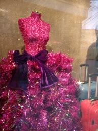 In den Fenstern können zur Weihnachtszeit märchenhaft winterliche Szenen entdeckt werden.